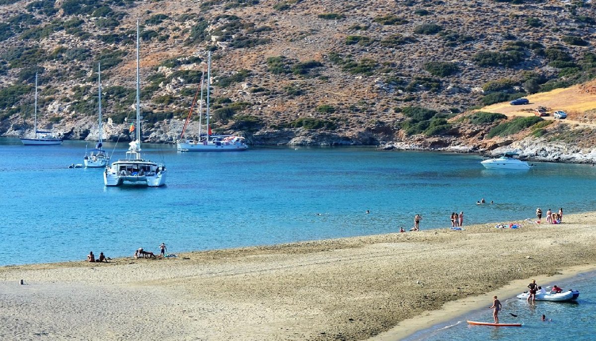 Cove_Kolona_sailing_yachts-Sail_in_Greek_Waters